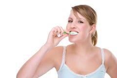 Mujer con el cepillo de dientes imagenes de archivo