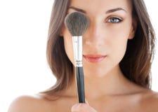 Mujer con el cepillo del maquillaje imágenes de archivo libres de regalías