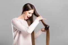 Mujer con el cepillo para el pelo Fotografía de archivo libre de regalías