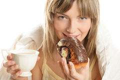 Mujer con el chocolate caliente y la torta Fotos de archivo libres de regalías
