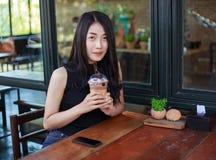 Mujer con el chocolate del hielo en el café Imagen de archivo