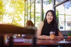 Mujer con el chocolate del hielo en el café Fotografía de archivo