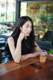 Mujer con el chocolate del hielo en el café Imagen de archivo libre de regalías