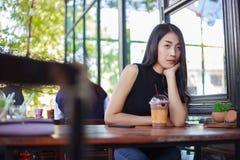 Mujer con el chocolate del hielo en el café Foto de archivo