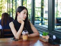 Mujer con el chocolate del hielo en el café Fotos de archivo