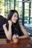 Mujer con el chocolate del hielo en el café Imagenes de archivo
