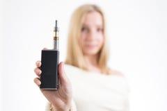 Mujer con el cigarrillo electrónico Foto de archivo libre de regalías