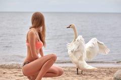 Mujer con el cisne fotografía de archivo