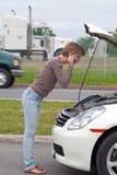 Mujer con el coche analizado Imagenes de archivo