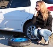 Mujer con el coche dañado Imágenes de archivo libres de regalías