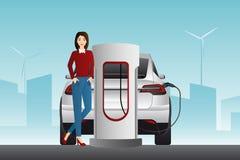 Mujer con el coche eléctrico imagen de archivo