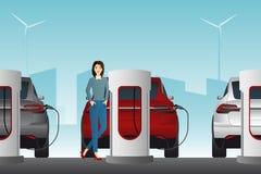 Mujer con el coche eléctrico imagenes de archivo