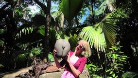 Mujer con el coco de Coco de Mer almacen de metraje de vídeo