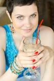 Mujer con el coctel en café de la calle Imagen de archivo libre de regalías