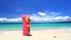 Mujer con el colchón rosado de la natación en la playa tropical, Boracay almacen de video
