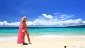 Mujer con el colchón rosado de la natación en la playa tropical, Boracay almacen de metraje de vídeo