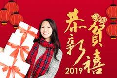 mujer con el concepto chino 2019 del Año Nuevo happ chino del texto fotos de archivo libres de regalías
