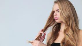 Mujer con el concepto de los problemas del pelo - frágiles, dañado, seco, sucio y de la pérdida del pelo metrajes