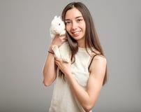Mujer con el conejo blanco Fotos de archivo libres de regalías
