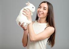 Mujer con el conejo blanco Imágenes de archivo libres de regalías