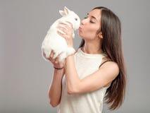 Mujer con el conejo blanco Imagen de archivo libre de regalías