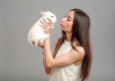 Mujer con el conejo blanco Fotografía de archivo