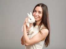 Mujer con el conejo blanco Imagen de archivo