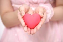 Mujer con el corazón fotografía de archivo libre de regalías