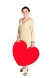 Mujer con el corazón enorme hecho del papel rojo Foto de archivo libre de regalías