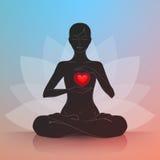 Mujer con el corazón Lotus Position Fotografía de archivo libre de regalías