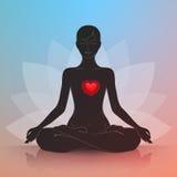 Mujer con el corazón Lotus Position Fotos de archivo