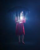 Mujer con el corazón que brilla intensamente foto de archivo
