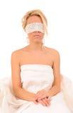 Mujer con el cordón sujetado en ojos Imágenes de archivo libres de regalías