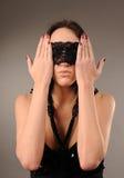 Mujer con el cordón sujetado en sus ojos Imágenes de archivo libres de regalías