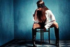 Mujer con el cordón sobre ojos Foto de archivo libre de regalías