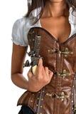 Mujer con el corsé de cuero que lleva del arma antiguo Fotografía de archivo
