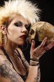 Mujer con el cráneo fotos de archivo