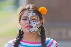 Mujer con el cráneo del azúcar Fotos de archivo libres de regalías