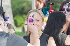Mujer con el cráneo del azúcar Foto de archivo libre de regalías