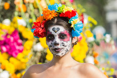 Mujer con el cráneo del azúcar Fotos de archivo