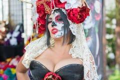 Mujer con el cráneo del azúcar Imagenes de archivo