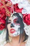 Mujer con el cráneo del azúcar Imagen de archivo libre de regalías