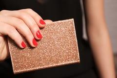 Mujer con el cuaderno rojo de la tenencia de la manicura, primer fotos de archivo