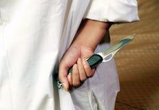 Mujer con el cuchillo imagenes de archivo