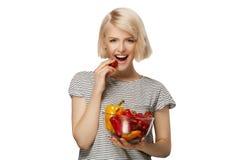 Mujer con el cuenco de verduras Foto de archivo libre de regalías