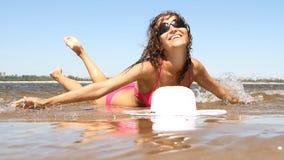 Mujer con el cuerpo hermoso en la playa almacen de metraje de vídeo