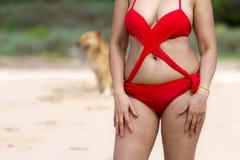 Mujer con el cuerpo hermoso en sol en la playa Foto de archivo