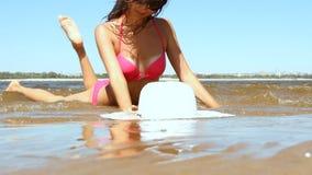 Mujer con el cuerpo hermoso en una playa almacen de video