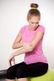 Mujer con el daño del brazo imagen de archivo libre de regalías