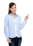 Mujer con el dedo para arriba Imagen de archivo